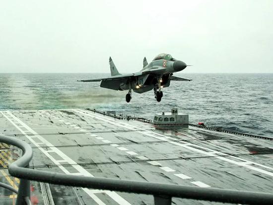 Индийские военно-морские силы потеряли самолет российского производства МиГ-29КУБ, разбившийся над Аравийским морем днем 26 ноября