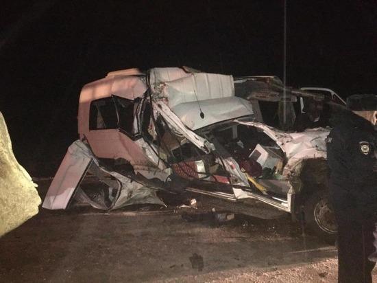 Грузовик протаранил микроавтобус из Саратова: есть погибшие и пострадавшие
