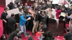 Премьера Тайваня забросали свиными кишками под камеру