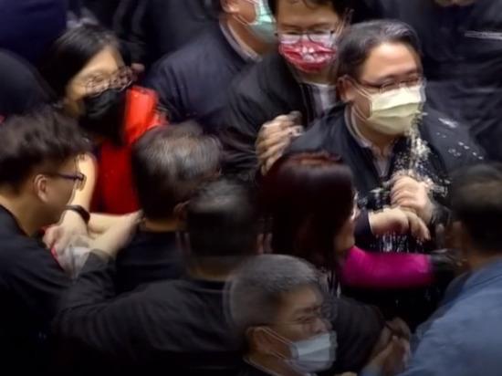 Депутаты Тайваня закидали друг друга свиными кишками