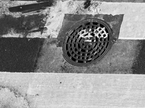 Россияне украли крышку канализационного люка и провалились в него