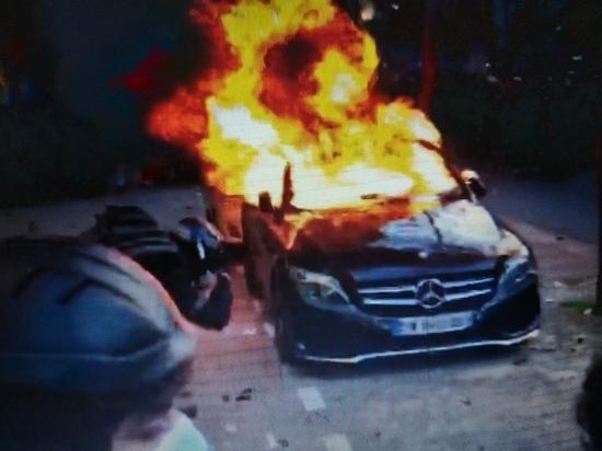 В Париже начались беспорядки: протестующие подожгли автомобили
