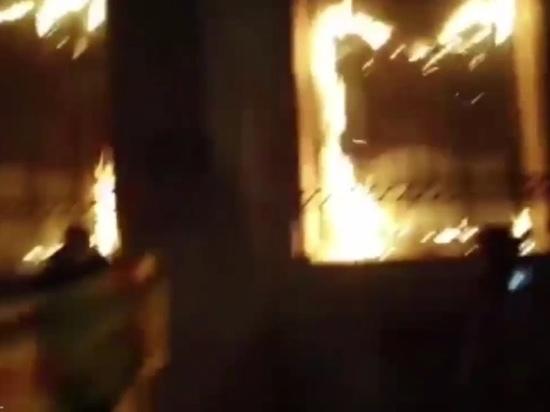 В Париже митингующие подожгли здание Банка Франции