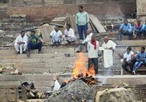 """Пожилой индус вернулся домой через неделю после того, как семья кремировала """"его"""" тело"""