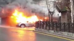 Вспыхнувшая машина подпалила балконы в Москве: видео пожара