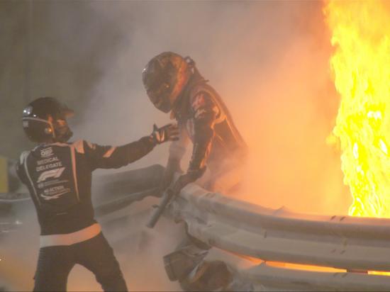 Гонка Гран-при Бахрейна получилась по-настоящему огненной. Уже на старте произошла страшная авария: болид гонщика команды «Хаас» Ромена Грожана врезался в заграждение и загорелся, машину разорвало пополам. Гонка была приостановлена на полтора часа, но после возобновления кошмар продолжился. Единственное, что было привычным — победа Льюиса Хэмилтона. «МК-Спорт» рассказывает подробности.