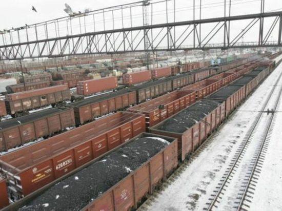 На границе Ростовской области и Украины засекли три поезда