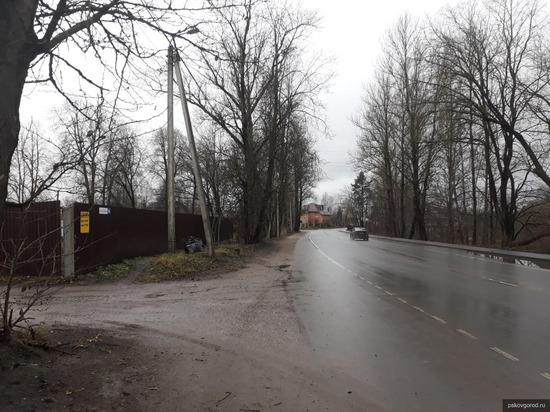 В псковском микрорайоне Любятово отремонтировали остановку и фонари