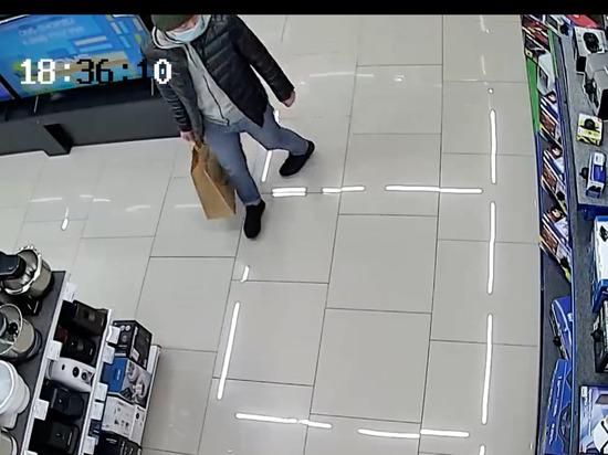 В Улан-Удэ неизвестный похитил игровую приставку из-под носа продавцов