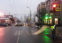 В Рязани водитель иномарки сбил пешехода на светофоре и скрылся
