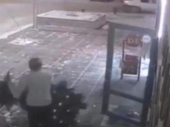 Тюменец вломился в салон красоты и украл новогоднюю елку