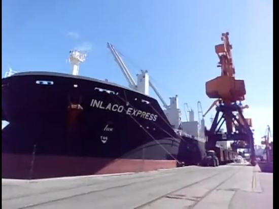 На иностранном судне в российских водах убили моряка