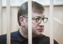 Миллиардер Дмитрий Михальченко, точнее один из его защитников, обратился в Генеральную прокуратуру РФ с жалобой на то, что его перевозят в автозаказе вместе с гангстером, больным открытой формой туберкулеза