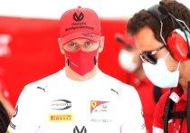 Имя Шумахера возвращается в «Формулу-1». Со следующего сезона сын легендарного гонщика Мик будет выступать за команду «Хаас» в элитном дивизионе, а его партнером станет россиянин Никита Мазепин. Шуми-младший, конечно, мечтал о «Феррари», но с приходом в Скудерию ему придется подождать, как минимум, два года. «МК-Спорт» расскажет о пути юного Шумахера к мечте.