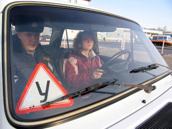 Ставшая топовой новость о том, что новый регламент сдачи на «права» разрешит 16-летним подросткам управлять автомобилями, оказалась, как выяснил портал «АвтоВзгляд», выдумкой