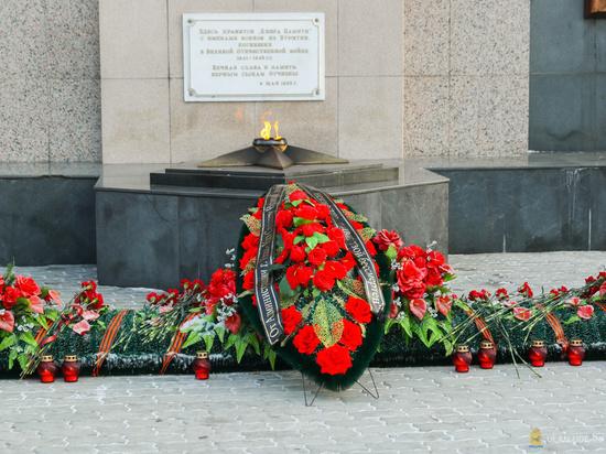 В Улан-Удэ на мемориале Победы возложили цветы ко Дню неизвестного солдата