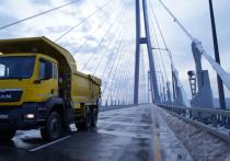 Мост, соединяющая остров Русский с материковой частью Владивостока, уже вторую неделю перекрыт: от последствий ледяного дождя пока так избавиться и не удалось