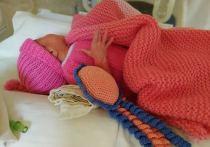 В Донецке действует Клуб «28 петель» - организация, которая помогает теплыми вещами маленьким пациентам реанимации новорожденных