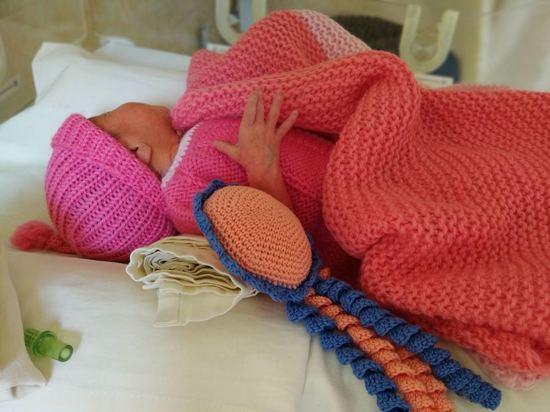 Связанные донецкими мастерицами носочки спасают жизни малышам