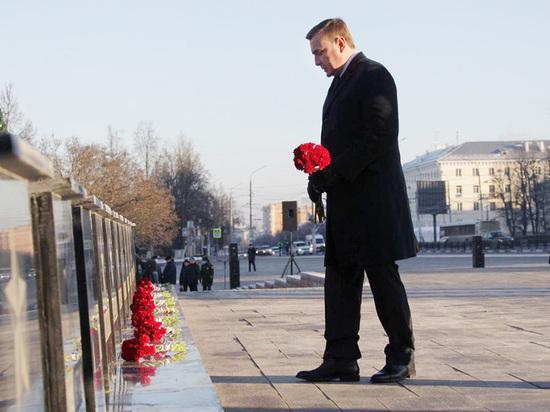 Губернатор Алексей Дюмин возложил цветы к Вечному огню в Туле