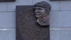 Поэт Резник прочитал стихотворение на открытии памятной доски Лужкову