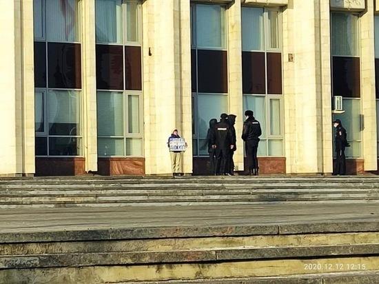 В Туле задержали депутата за одиночный пикет у здания правительства