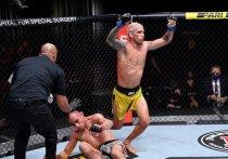 На арене UFC APEX в Лас-Вегасе (США) прошел турнир по смешанным единоборствам UFC 256. Тони Фергюсон вернулся и был разгромлен Чарльзом Оливейрой, а Брэндон Морено чуть не отобрал титул у Дейвесона Фигейредо.