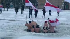 """В Польше белорусские """"моржи"""" митинговали из проруби"""