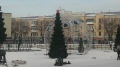 Центр Оренбурга украсила гигантская елочная игрушка