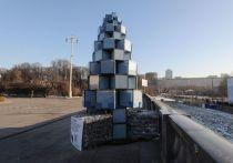 С начала декабря парк Горького помимо классических елок украшает и одна весьма необычная красавица – экоелка