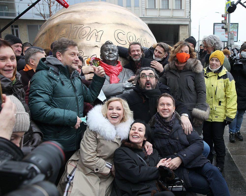 Зудина, Машков, Миронов на открытии памятника Табакову: трогательные кадры