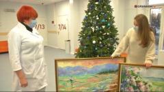 Челябинская художница подарила картины врачам
