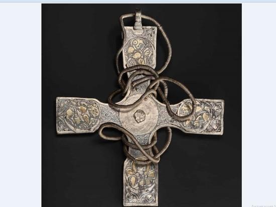 Крест, по мнению специалистов, является величайшим образцом англосаксонских металлоконструкций