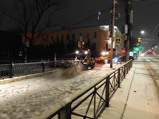 В Туле расчищают дороги от снега