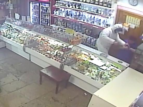 Кузбассовец ограбил магазин при помощи комбинезона и зажигалки