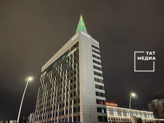 """Здание """"Татмедиа"""" в Казани украшает самая высотная елка в Европе"""