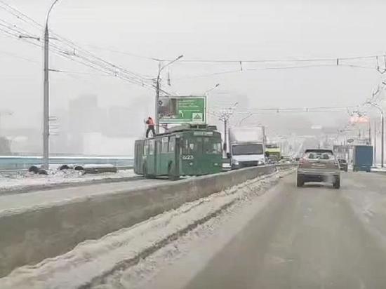 Октябрьский мост в Новосибирске перекрыл троллейбус