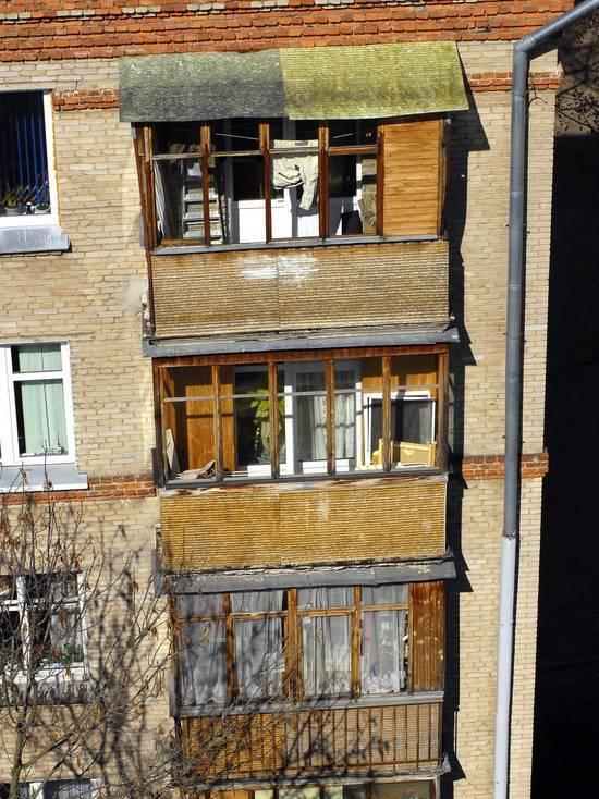 Житель Петербурга избил и выбросил с балкона девушку