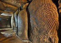 Только во время зимнего солнцестояния, самого короткого дня в году в северном полушарии, солнце освещает 5000-летнюю коридорную гробницу, украшенную узорами на одном из французских островов