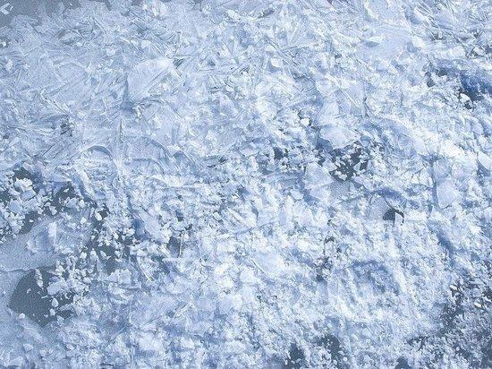 Автомобиль провалился под лед на Оке в районе Выксы