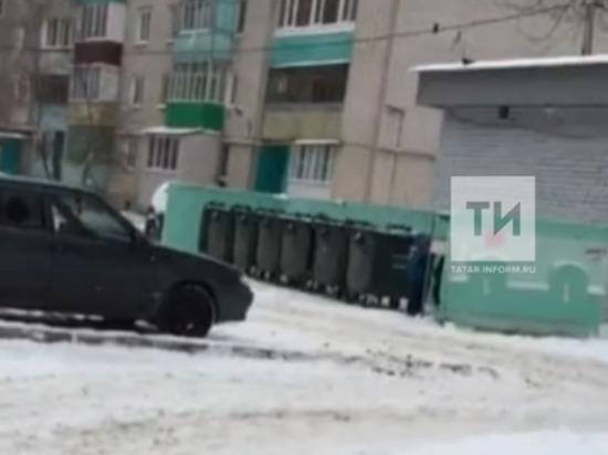 В Татарстане разыскивают мужчину, засовывавшего в мусорный бак ребенка
