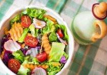 Какие сроки и правила хранения у салатов, рассказали в Роспотребнадзоре