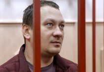 Экс-полицейский Игорь Ляховец, которого обвиняют в подбросе наркотиков журналисту Ивану Голунову, даже в Мосгорсуде не может находиться без жены