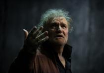 У артиста Владимира Симонова из Вахтанговского театра пальцы как у пианиста-виртуоза, длинные и красивые