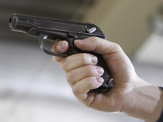 Ветеран уголовного розыска показывал даме пистолет