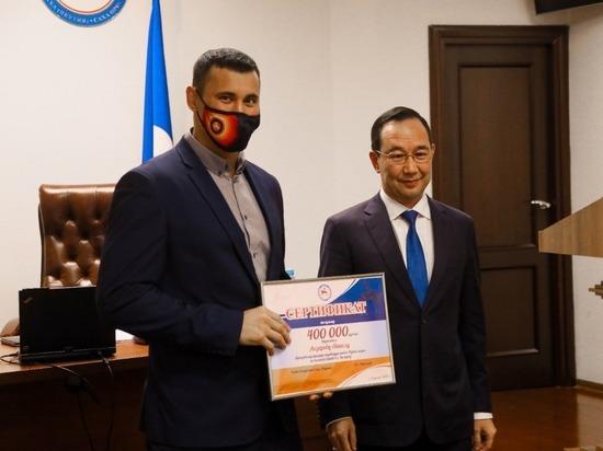 Глава Якутии вручил борцу Айаалу Лазареву сертификаты на 900 тысяч рублей