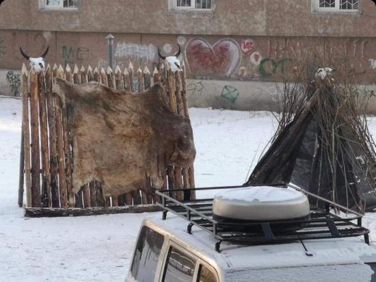 В Улан-Удэ один из дворов украсили снеговики с черепами и шалаш из шкур животных