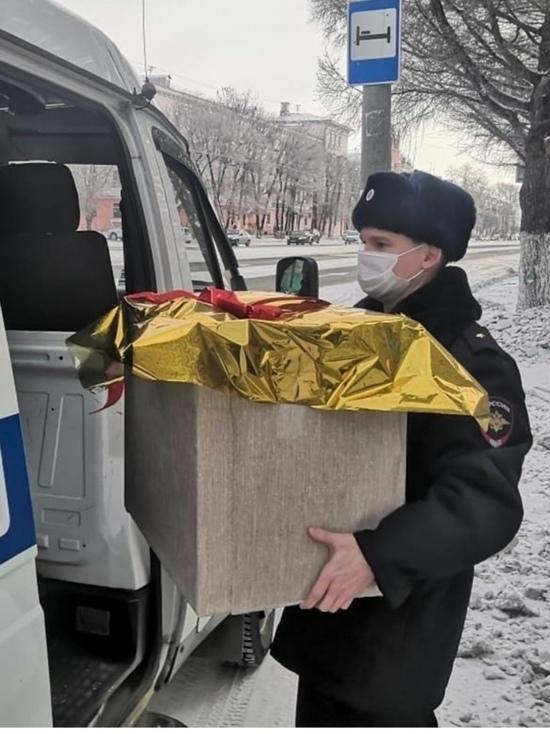 В Хабаровском крае детей с Новым годом поздравляет полицейский Дед Мороз