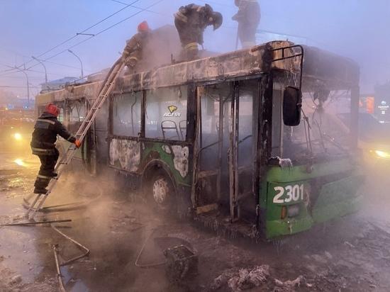 Троллейбус вспыхнул и полностью выгорел на площади Маркса в Новосибирске