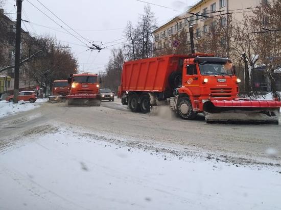 Ночью в Кирове на уборку улиц вышла 131 машина спецтехники